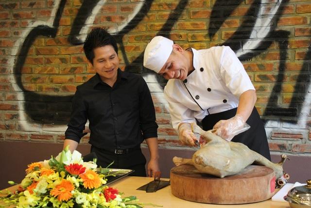 Ca sỹ Trọng Tấn và đầu bếp của nhà hàng Dê Ré Song Dương đang chuẩn bị nguyên liệu cho món ăn