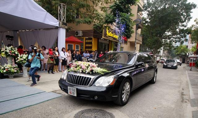 Maybach cũng xuất hiện trong vai trò là xe đưa dâu.