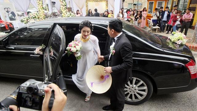 Cô dâu, chú rể rạng ngời trong lễ cưới cùng dàn xe sang, siêu xe.