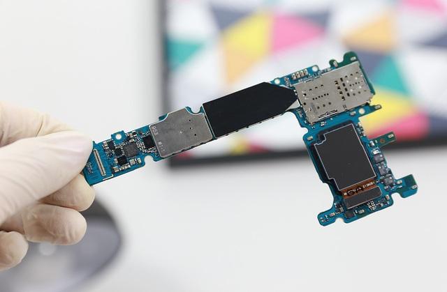 Bo mạch chính chứa các vi xử lý, RAM và những thành phần linh kiện khác.
