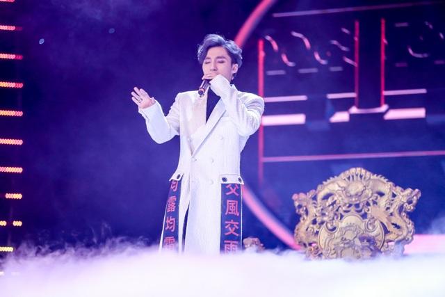 """Tiết mục ấn tượng Lạc trôi của Sơn Tùng M-TP gây chú ý khi diện bộ vest màu trắng, nam ca sĩ hóa thân thành """"ông vua"""" cô đơn và mang cả ngai vàng của mình lên sân khấu."""