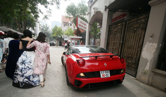 Ferrari California trong đoàn xe trong lễ cưới.