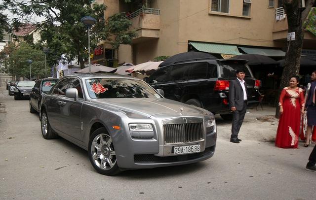 Một phiên bản Rolls Royce khác cũng góp mặt.