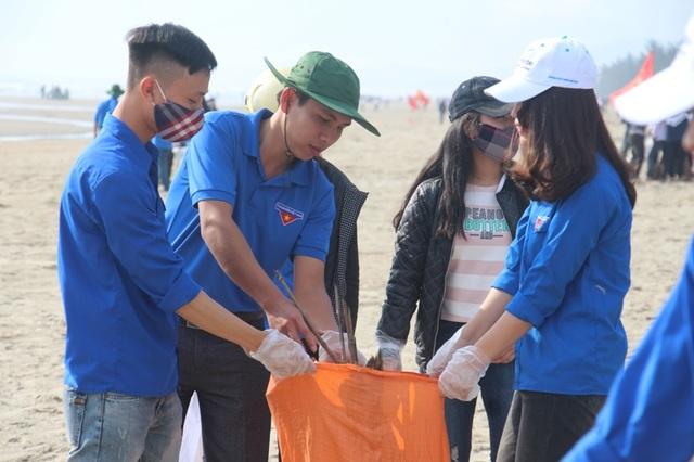 Hơn 1.500 đoàn viên, thanh niên Hà Tĩnh ra quân làm sạch bờ biển - 2