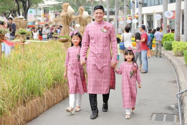 Theo chia sẻ từ Anh Thơ, hai công chúa nhỏ cực kỳ quấn quýt bố Bình Minh. Vì vậy, được tung tăng với bố là niềm vui bất tận với hai cô công chúa nhỏ.