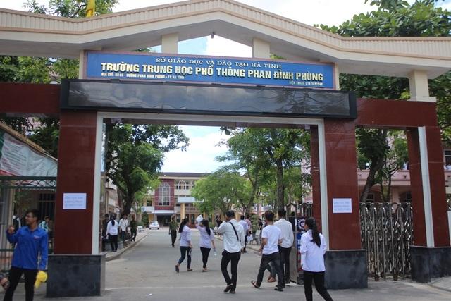 1 thí sinh tại điểm thi trường THPT Phan Đình Phùng (Hà Tĩnh) bị tai nạn không thể tham dự buổi thi cuối cùng. (Ảnh: Phượng Vũ)