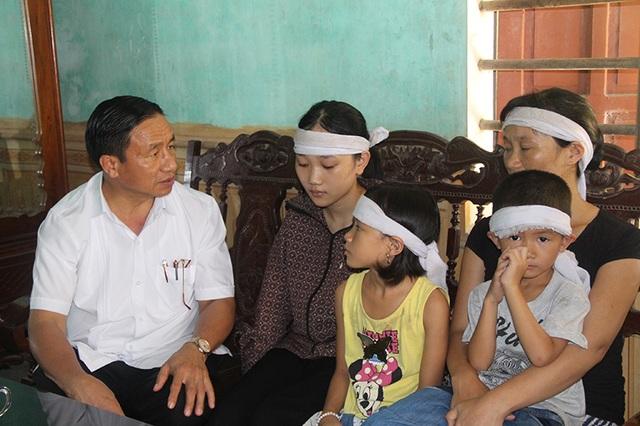 Bí thư Tỉnh ủy hỏi han, động viên mẹ con chị Đào vượt qua khó khăn, để không cháu nào phải thất học.