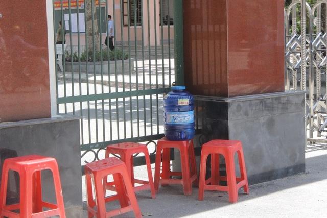 Bình nước được đặt sẵn ngay cổng trường để thí sinh nếu được nghỉ giữ buổi có thể lấy uống