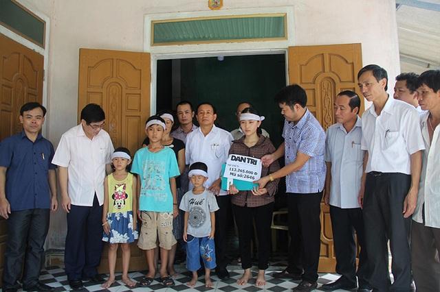 PV Dân trí cùng các lãnh đạo tỉnh Hà Tĩnh thay mặt các nhà hảo tâm, bạn đọc của báo Dân trí, trao món quà 113.265.000 đến tận tay mẹ con chị Đào.