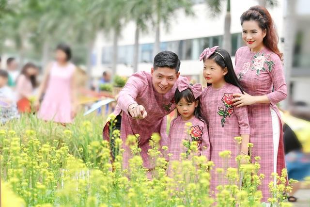 Trong những dịp đặc biệt, anh đều cố gắng lưu dấu những khoảnh khắc bên người vợ và hai công chúa đáng yêu.