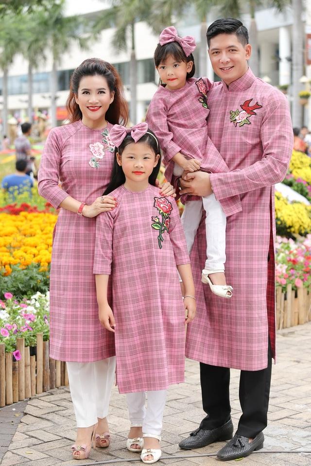 Chính vì vậy, nhân dịp xuân đến, Bình Minh đã cùng bà xã Anh Thơ và hai tiểu công chúa cùng dạo đường hoa để ghi lại những hình ảnh đầm ấm và đáng nhớ cho gia đình nhỏ của mình.