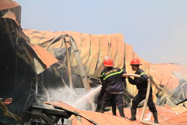 Cháy dữ dội, xưởng sơn trên 1.000 m2 bị thiêu rụi - 10