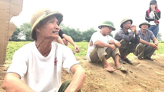 """Ông Trần Minh Thuận (SN 1961, Bí thư, xóm trưởng xóm Hồng Phong) cho biết: """"Tôi cũng như mọi người dân tại đây đều không đồng tình khi doanh nghiệp vào khai thác cát, sỏi làm ảnh hưởng rất lớn đến đời sống của nhân dân...."""