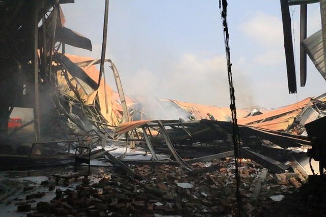 Cháy dữ dội, xưởng sơn trên 1.000 m2 bị thiêu rụi - 11