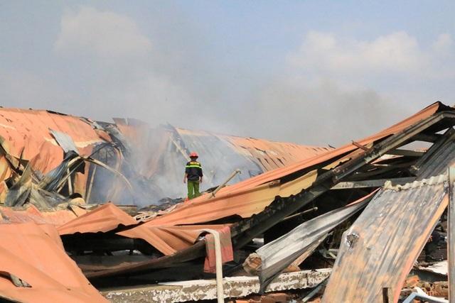 Cháy dữ dội, xưởng sơn trên 1.000 m2 bị thiêu rụi - 4