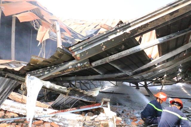 Cháy dữ dội, xưởng sơn trên 1.000 m2 bị thiêu rụi - 8