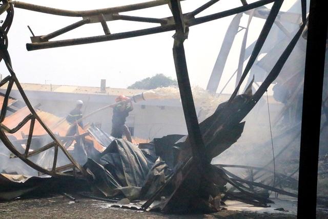 Cháy dữ dội, xưởng sơn trên 1.000 m2 bị thiêu rụi - 5