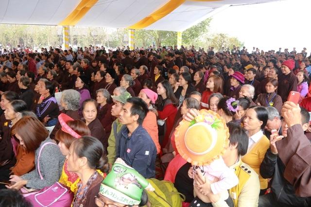 Lượng khách tham dự lễ hội chùa Bái Đính ngày mùng 6 tháng Giêng năm Đinh Dậu tăng vọt so với cùng kỳ năm 2016.