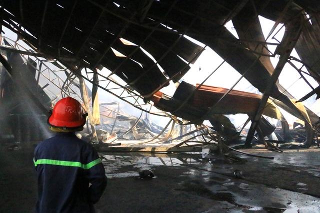 Cháy dữ dội, xưởng sơn trên 1.000 m2 bị thiêu rụi - 6