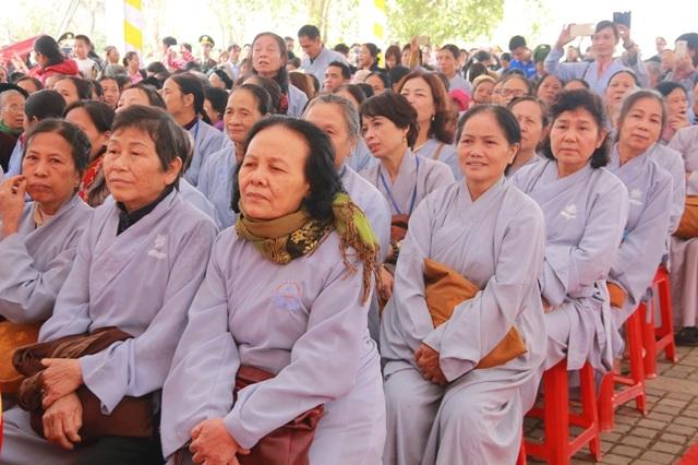 Hàng trăm Tăng ni, Phật tử cùng hàng nghìn người dân đổ về dự lễ khai hội tại ngôi chùa lớn nhất Việt Nam.