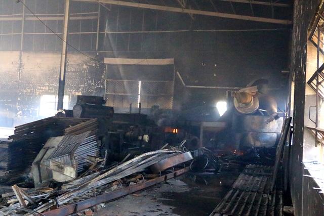 Cháy dữ dội, xưởng sơn trên 1.000 m2 bị thiêu rụi - 7