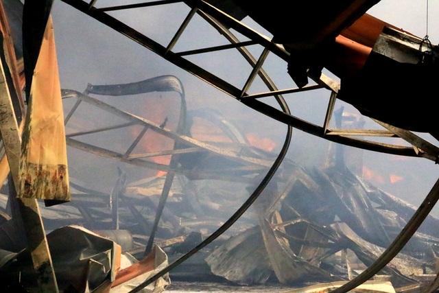 Nhà xưởng bị lửa thiêu rụi, đổ sập.