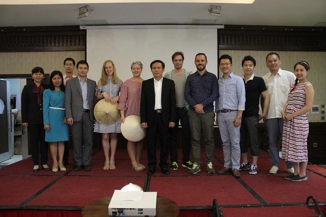 Ông Ngô Hoài Chung - Phó tổng cục trưởng tổng cục du lịch chụp ảnh với các blogger nổi tiếng thế giới. (Ảnh: Hà Trang)