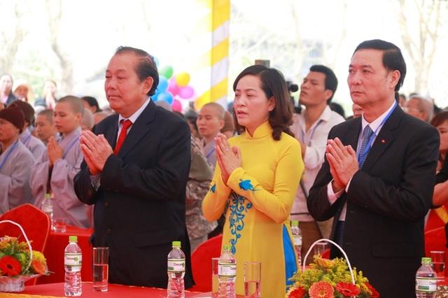Phó Thủ tướng Trương Hòa Bình cùng lãnh đạo tỉnh Ninh Bình cùng nhau cầu nguyện cho quốc thái dân an.