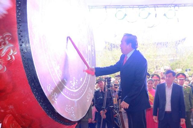 Phó Thủ tướng Thường trực Trương Hòa Bình đánh trống khai hội xuân chùa Bái Đính năm 2017.