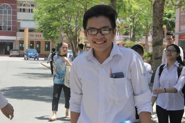 Những nụ cười tươi rói của các sĩ tử sau khi kết thúc buổi thi cuối cùng. (Ảnh: Phượng Vũ)