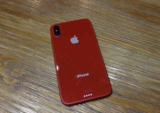 Màu sắc đỏ cũng gây chú ý bởi trước đó chỉ xuất hiện 3 màu sắc chính là vàng, trắng và đen. Có thể Apple sẽ cho ra mắt hàng loạt màu sắc trong đợt đầu tiên thay vì, ra phiên bản iPhone 7/ 7 Plus màu đỏ khá lâu khi các phiên bản tiêu chuẩn được trình làng.