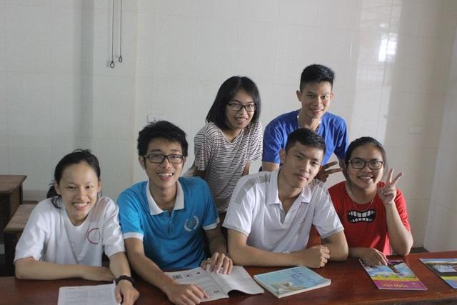 Em Nguyễn Quang Dũng (áo trắng hàng dưới) cùng các bạn trong lớp 12 Toán 1 trường THPT Chuyên Hà Tĩnh