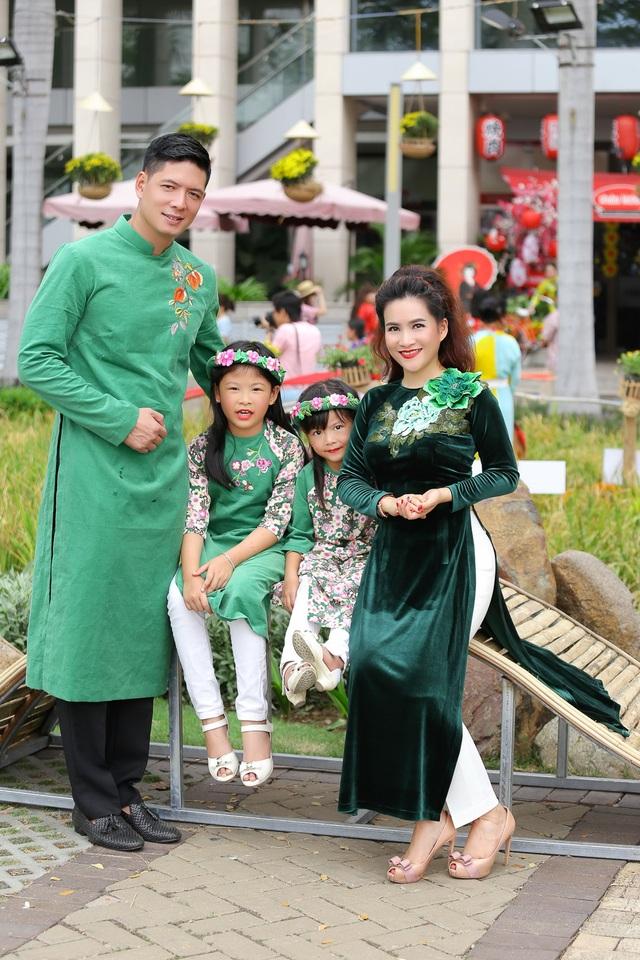 Cả gia đình cùng chọn trang phục tông xuyệt tông vừa hiện đại, vừa truyền thống