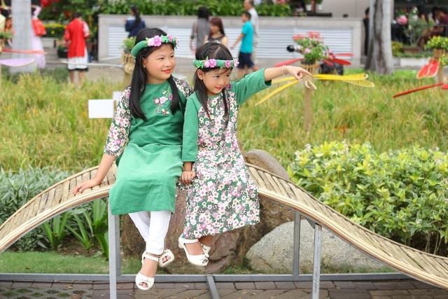 Hai công chúa nhỏ An Nhiên và An Như đáng yêu với nét tinh nghịch hồn nhiên của trẻ thơ.