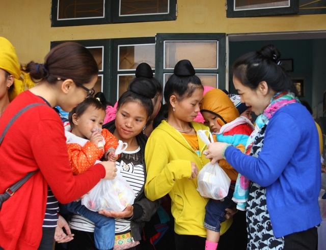 Khám bệnh, phát thuốc miễn phí cho gần 1000 trẻ em vùng lũ Trạm Tấu - 2