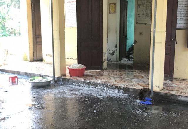 Vụ cháy đã làm hư hỏng một số gạo nấu cơm, đồ dùng trong phòng bếp.