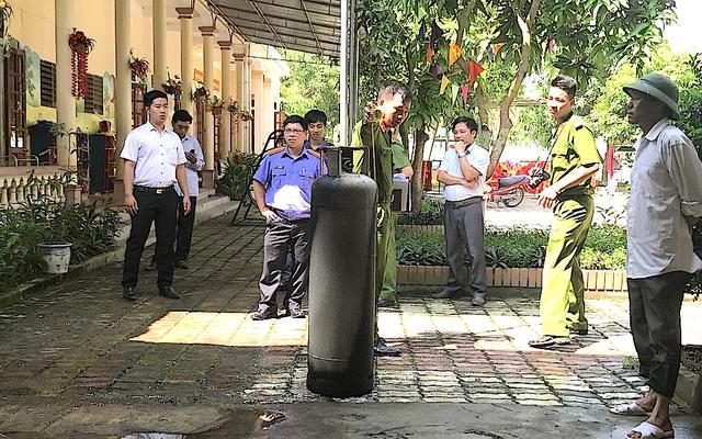Lực lượng công an huyện Nam Đàn, công an xã Kim Liên có mặt tại Trường Mầm non Hoàng Trù để điều tra nguyên nhân vụ cháy bình gas.