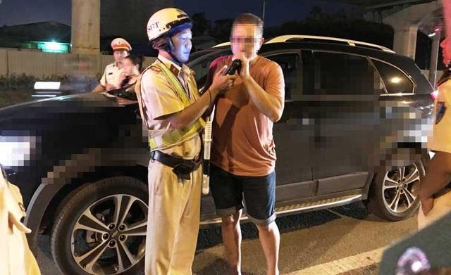 Chỉ chưa đầy 1 tiếng đồng hồ, tổ công tác đã phát hiện hàng loạt trường hợp người điều khiển ô tô trong tình trạng say xỉn, trong đó có cả người vi phạm là người nước ngoài. 