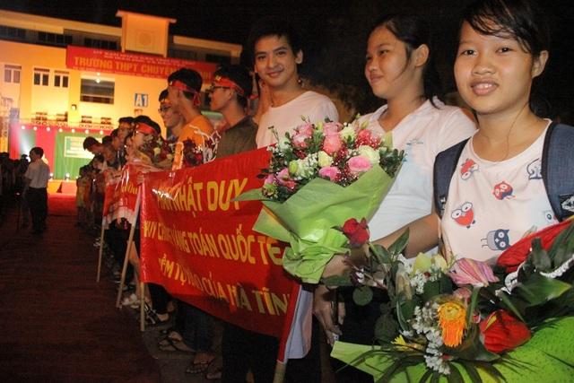 Nhiều bạn bè có mặt từ rất sớm chuẩn bị băng rôn và hoa tươi để chúc mừng