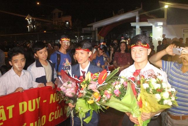 Phan Nhật Duy và Nguyễn Đình Đại được chào đón tưng bừng ngay khi vừa xuống xe