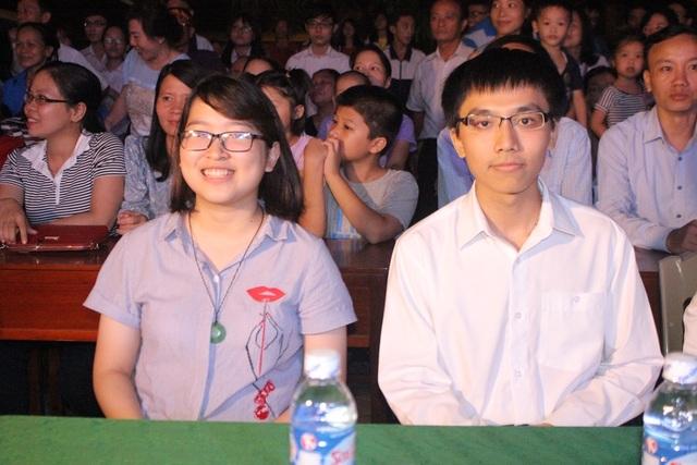 2 cựu học sinh, Võ Anh Đức (HCV Olympic Toán Quốc tế 2013) và Nguyễn Thị Việt Hà (HCĐ Olympic Toán Quốc tế 2015).