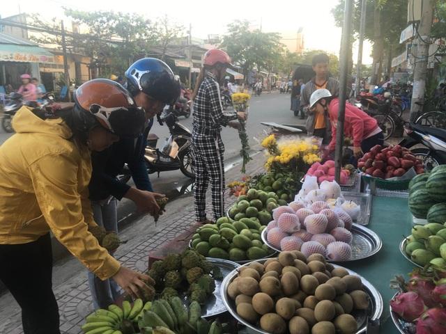 Mới hơn 5h sáng ngày vía Thần Tài (10/1AL) tiệm bán hoa và trái cây cũng tấp nập người mua