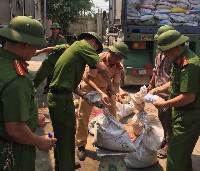 Lực lượng chức năng bắt giữ 23 tấn quặng vận chuyển trái phép.