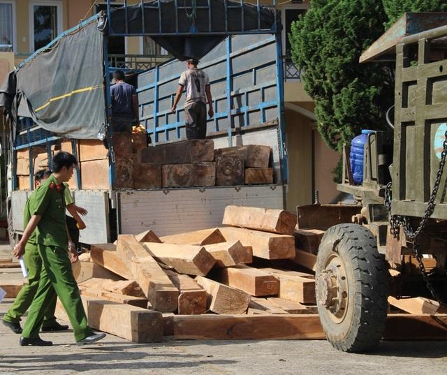 Lực lượng chức năng đang kiểm tra số gỗ tang vật trên 2 xe
