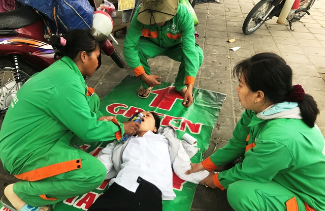 Các công nhân Công ty DVCI quận 2 đang làm cỏ ven đại lộ đã cùng nhau cứu giúp người gặp nạn trên đường.