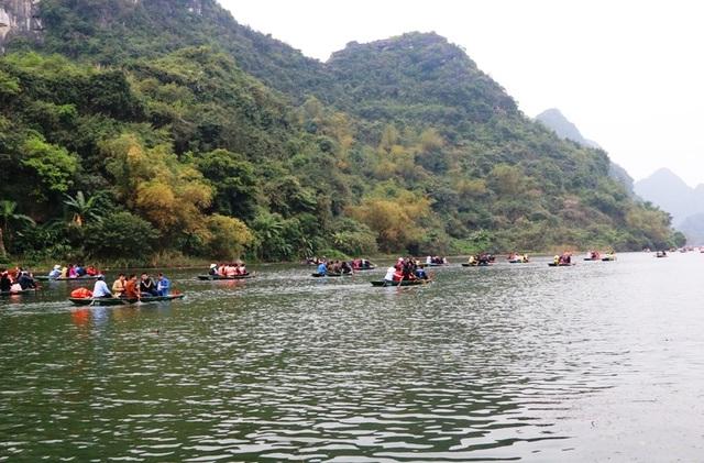 Mỗi ngày có hàng trăm chuyến đò rời bến tham quan Danh thắng Tràng An, tuy nhiên việc ban quản lý cũng như ngành chức năng tỉnh Ninh Bình thờ ơ với các quy định khiến tính mạng của du khách đang bị bỏ ngỏ.