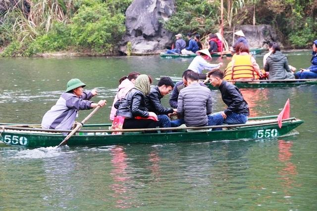 Theo quy định, mỗi thuyền chỉ được phép chở tối đa không quá 5 người lớn và 1 trẻ em. Tại bến thuyền luôn có 2 người của ban quản lý khu du lịch cầm loa hướng dẫn du khách lên thuyền đúng số lượng. Không hiểu sao những con đò nguy hiểm như thế này vẫn được vô tư xuất bến.