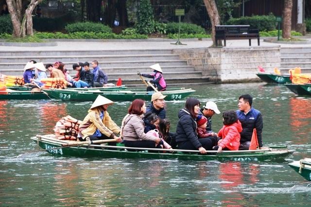 Cá biệt có thuyền chở đến 9 người (cả người lớn và trẻ em) nhưng không một ai mặc áo phao. Ngay cả bố mẹ cũng quên bảo hộ cho con mình. Không may xảy ra tai nạn, ai sẽ chịu trách nhiệm cho chuyến đò nguy hiểm này.