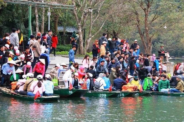 Tại bến thuyền các con đò được bố trí vào đón khách lần lượt, nhưng do lượng khách quá đông, nhiều người lo thiếu đò nên bỏ qua việc xuống đò lần lượt dẫn đến cảnh tranh giành đò, tình trạng chen lấn, xô đẩy diễn ra thường xuyên.