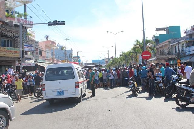 Hàng trăm người vây hiện trường sau vụ án kinh hoàng